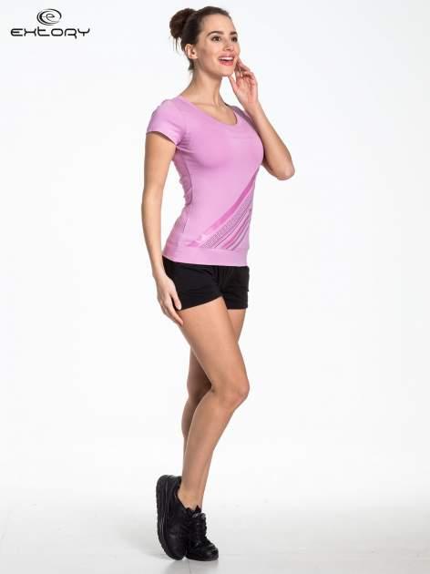 Jasnofioletowy sportowy t-shirt z ukośnym nadrukiem                                   zdj.                                  2