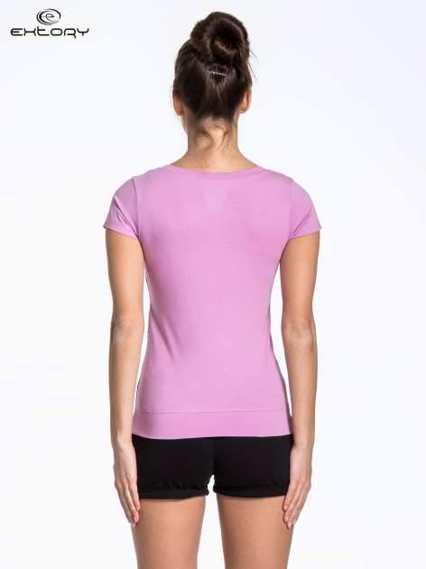 Jasnofioletowy sportowy t-shirt z ukośnym nadrukiem                                   zdj.                                  4