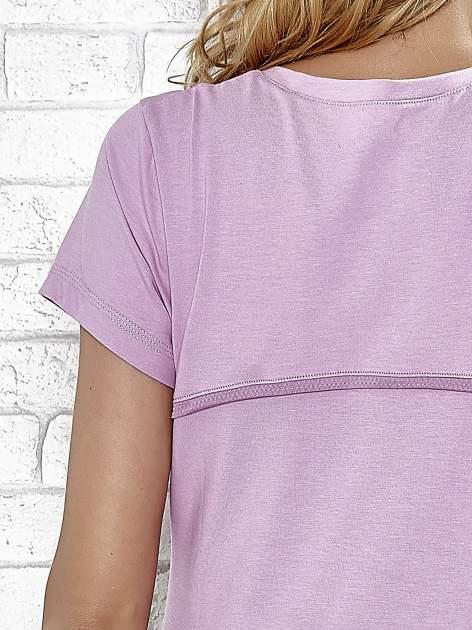 Jasnofioletowy t-shirt z trójkątnym dekoltem                                  zdj.                                  5
