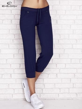 Jasnogranatowe spodnie dresowe capri z tylną kieszonką                                  zdj.                                  1