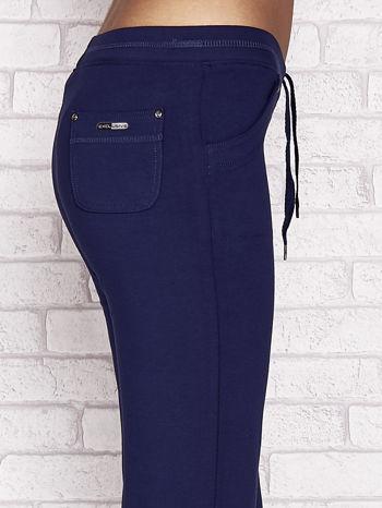 Jasnogranatowe spodnie dresowe capri z tylną kieszonką                                  zdj.                                  5