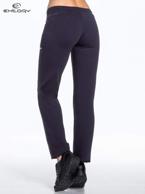 Jasnogranatowe spodnie dresowe z siateczką                                  zdj.                                  2