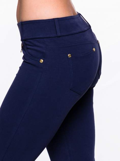 Jasnogranatowe spodnie dresowe ze złotymi napami                                  zdj.                                  5