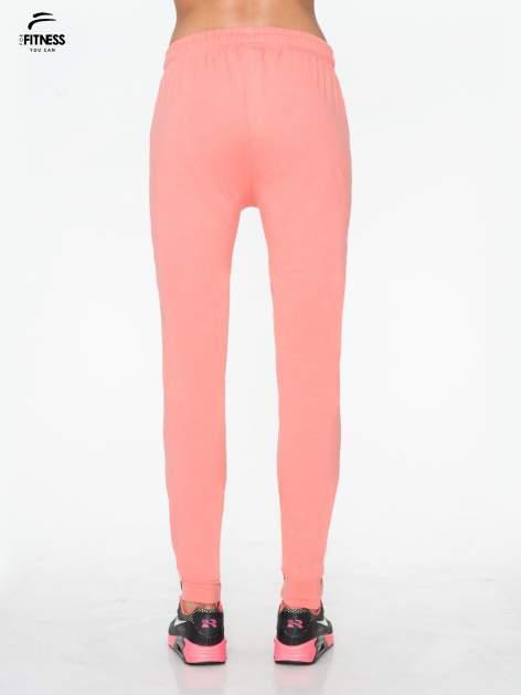 Jasnokoralowe spodnie dresowe typu baggy z guzikami                                  zdj.                                  3