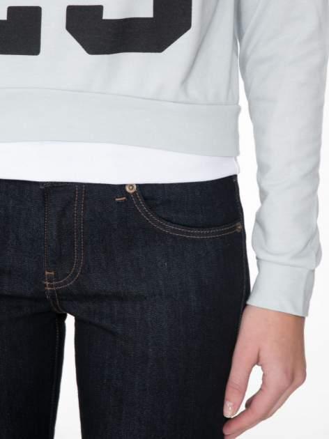 Jasnoniebieska bluza cropped z katurem i nadrukiem numerycznym                                  zdj.                                  6