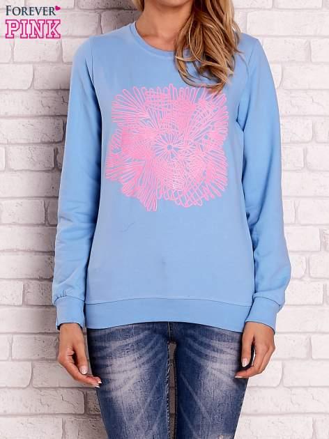 Jasnoniebieska bluza z kolorowym nadrukiem                                  zdj.                                  1