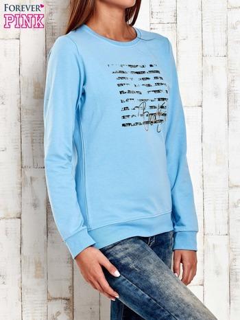 Jasnoniebieska bluza z tekstowym nadrukiem                                  zdj.                                  3