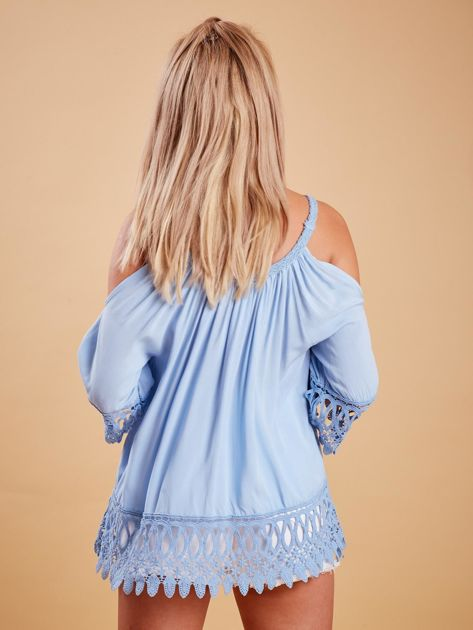 Jasnoniebieska bluzka cold shoulder z koronką                              zdj.                              2