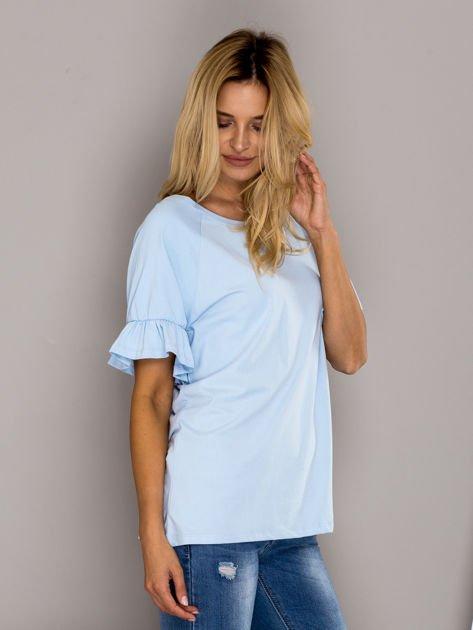 Jasnoniebieska bluzka z falbanami na rękawach                              zdj.                              3