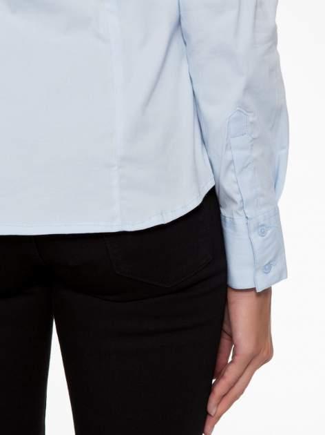 Jasnoniebieska elegancka koszula z marszczeniem przy dekolcie                                  zdj.                                  8