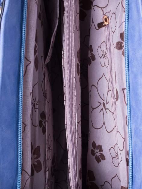 Jasnoniebieska fakturowana torba z odpinanym paskiem                                  zdj.                                  5