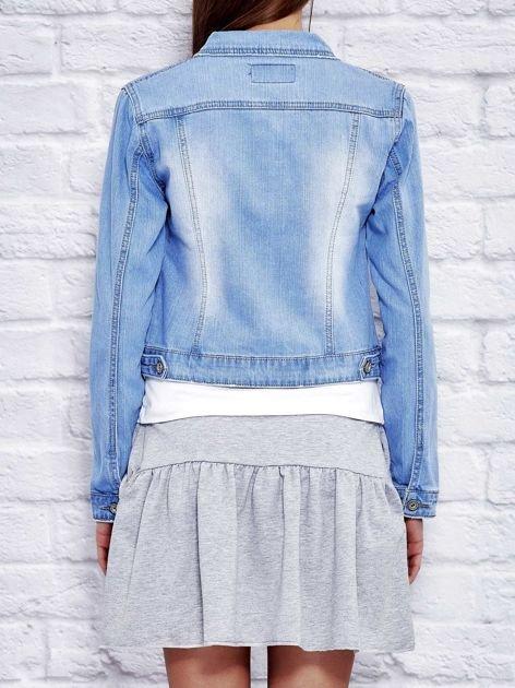 Jasnoniebieska jeansowa kurtka na guziki