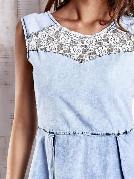 Jasnoniebieska jeansowa sukienka z koronkową wstawką                                  zdj.                                  5