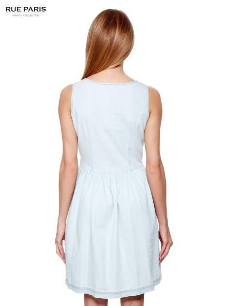 Jasnoniebieska jeansowa sukienka z podkreśloną talią                                  zdj.                                  2