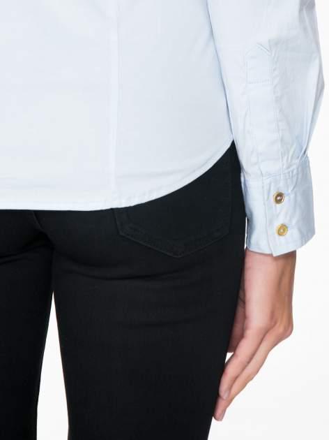 Jasnoniebieska koszula damska odcinana pod biustem z marszczeniem                                  zdj.                                  9