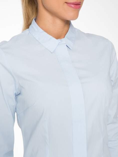 Jasnoniebieska koszula damska z ozdobną listwą                                  zdj.                                  5