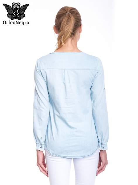 Jasnoniebieska koszula jeansowa z dekoltem w serek                                  zdj.                                  4