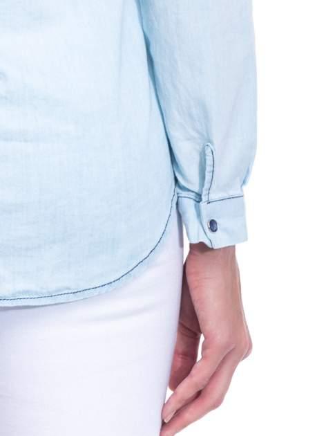 Jasnoniebieska koszula jeansowa z dekoltem w serek                                  zdj.                                  10