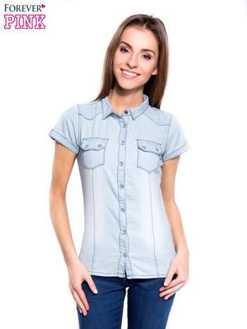 Jasnoniebieska koszula jeansowa z przetarciami na krótki rękaw                                   zdj.                                  1