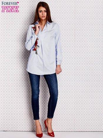 Jasnoniebieska koszula w paski z kwiatową naszywką                              zdj.                              4