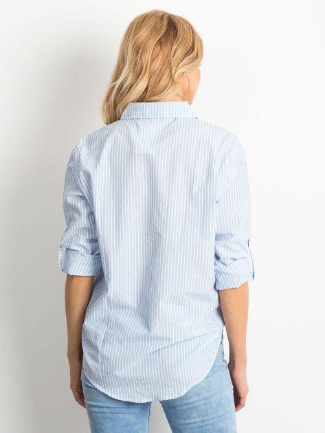 Jasnoniebieska koszula w paski z podwijanymi rękawami                              zdj.                              2