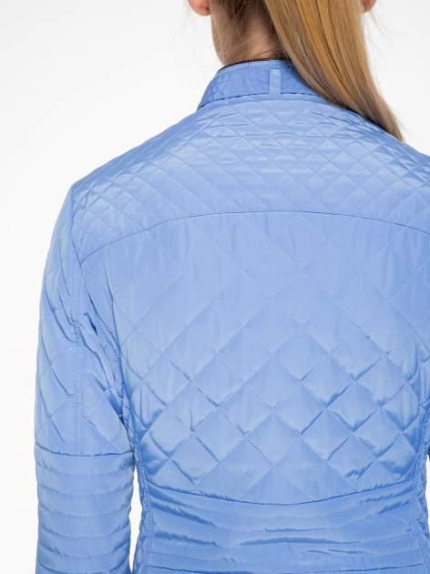 Jasnoniebieska pikowana kurtka ze skórzaną lamówką                                  zdj.                                  11