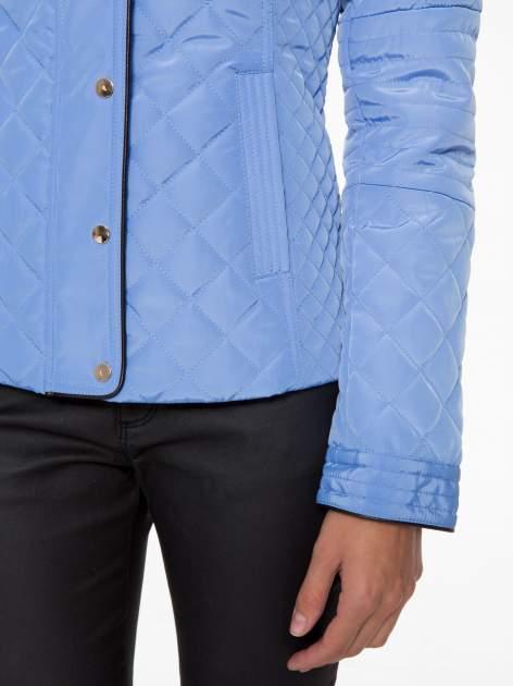 Jasnoniebieska pikowana kurtka ze skórzaną lamówką                                  zdj.                                  9