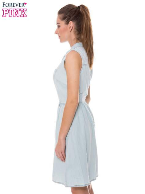 Jasnoniebieska rozkloszowana sukienka jeansowa z koronkowymi wstawkami                                  zdj.                                  2