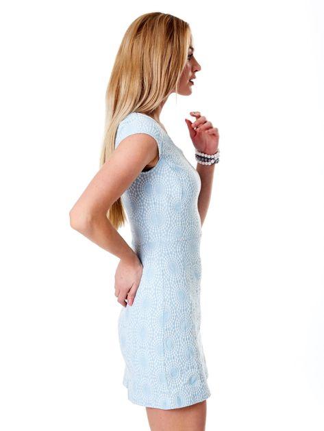 Jasnoniebieska sukienka w wypukły deseń                              zdj.                              5