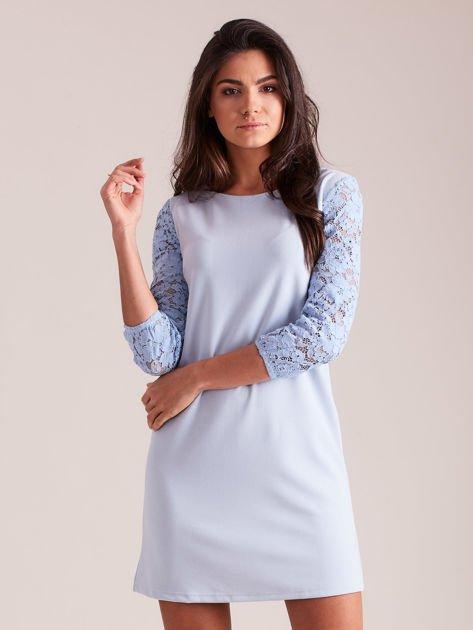 Jasnoniebieska sukienka z koronkowymi rękawami PLUS SIZE                              zdj.                              1