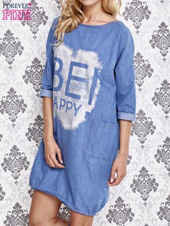 Jasnoniebieska sukienka z napisem BE HAPPY