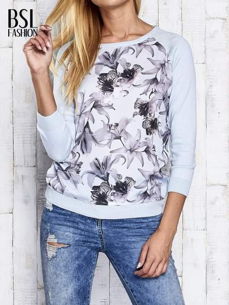 Jasnoniebieski kwiatowy sweter z łączonych materiałów                                  zdj.                                  1