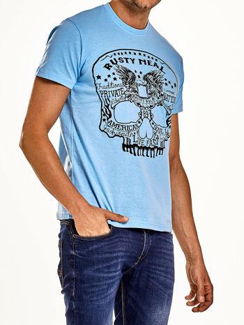 Jasnoniebieski t-shirt męski z nadrukiem czaszki i napisami                                  zdj.                                  3
