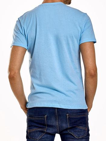 Jasnoniebieski t-shirt męski z napisami i kotwicą                                  zdj.                                  2