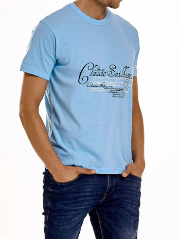 Jasnoniebieski t-shirt męski z napisami i liczbą 83                                  zdj.                                  3