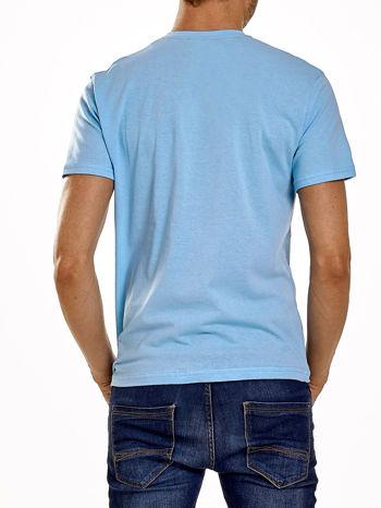 Jasnoniebieski t-shirt męski z napisami i liczbą 83                                  zdj.                                  2