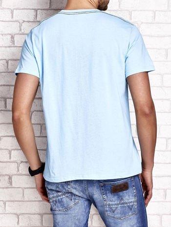 Jasnoniebieski t-shirt męski ze sportowym nadrukiem i napisami                                  zdj.                                  2