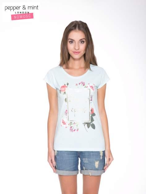 Jasnoniebieski t-shirt z kwiatowym nadrukiem i złotym napisem                                  zdj.                                  1