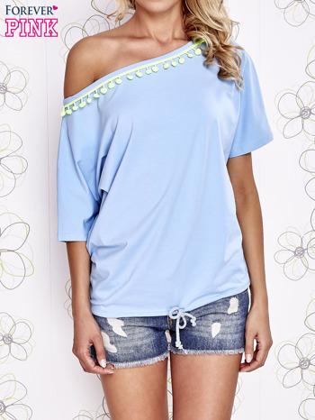 Jasnoniebieski t-shirt z limonkowymi pomponikami przy dekolcie