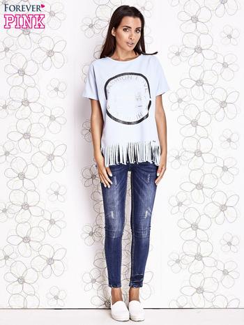 Jasnoniebieski t-shirt z nadrukiem i frędzlami                                  zdj.                                  4