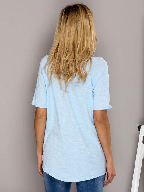 Jasnoniebieski t-shirt z nadrukiem ust                              zdj.                              2