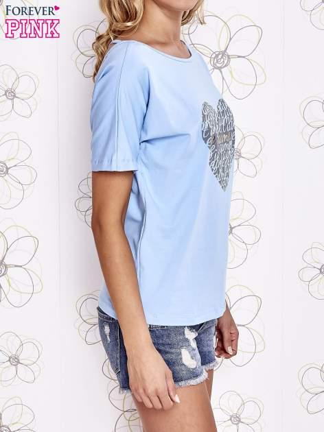 Jasnoniebieski t-shirt z napisem JE T'AIME i dekoltem na plecach                                  zdj.                                  3