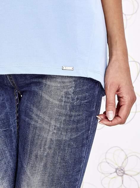 Jasnoniebieski t-shirt z ozdobnym napisem i kokardą                                  zdj.                                  6