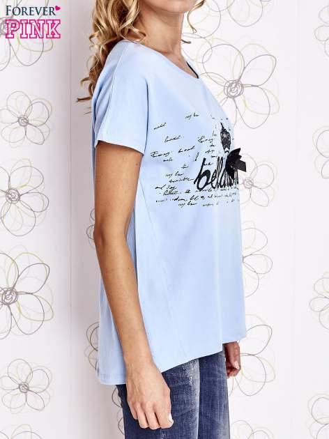 Jasnoniebieski t-shirt z ozdobnym napisem i kokardą                                  zdj.                                  3