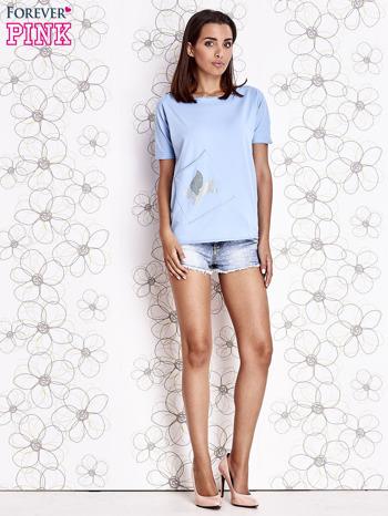 Jasnoniebieski t-shirt z ukośną kieszenią i dżetami                                  zdj.                                  4