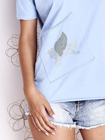Jasnoniebieski t-shirt z ukośną kieszenią i dżetami                                  zdj.                                  5