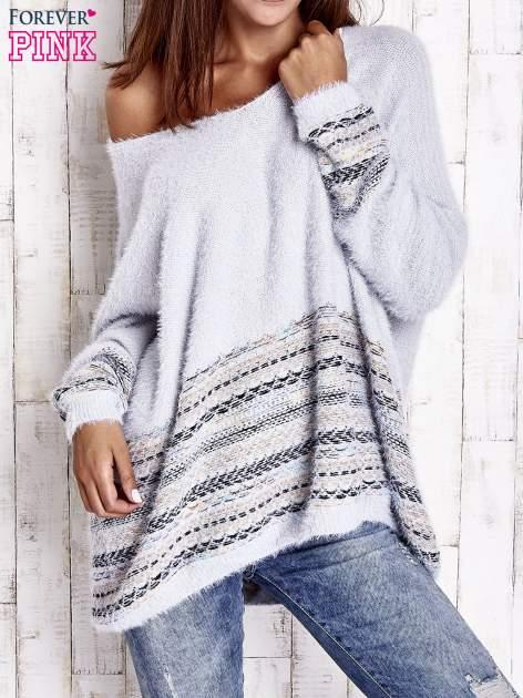 Jasnoniebieski włochaty sweter oversize z kolorową nitką                                   zdj.                                  3