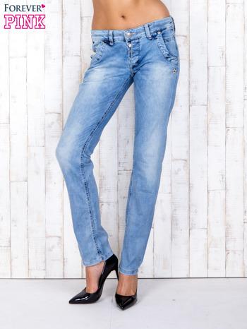 Jasnoniebieskie denimowe spodnie z haftowanymi elementami                                  zdj.                                  1