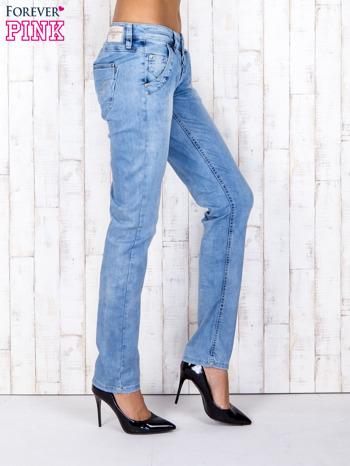 Jasnoniebieskie denimowe spodnie z haftowanymi elementami                                  zdj.                                  2