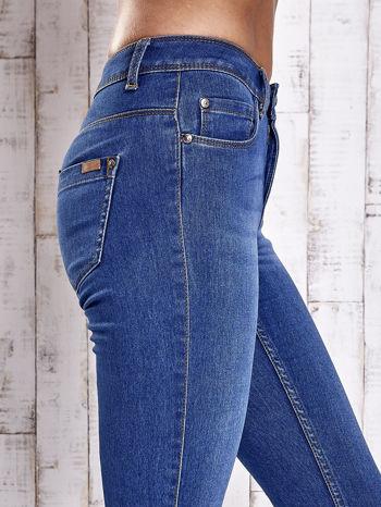 Jasnoniebieskie dopasowane spodnie jeansowe                               zdj.                              5